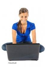 kobieta rozliczająca podatki online