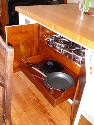chowanie rzeczy w kuchni